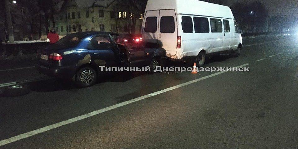 В Каменском на Юбилейном проспекте автомобиль Daewoo протаранил микроавтобус, фото-3