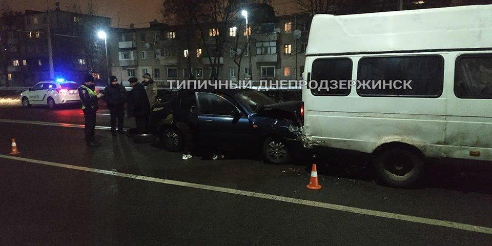 В Каменском на Юбилейном проспекте автомобиль Daewoo протаранил микроавтобус, фото-2