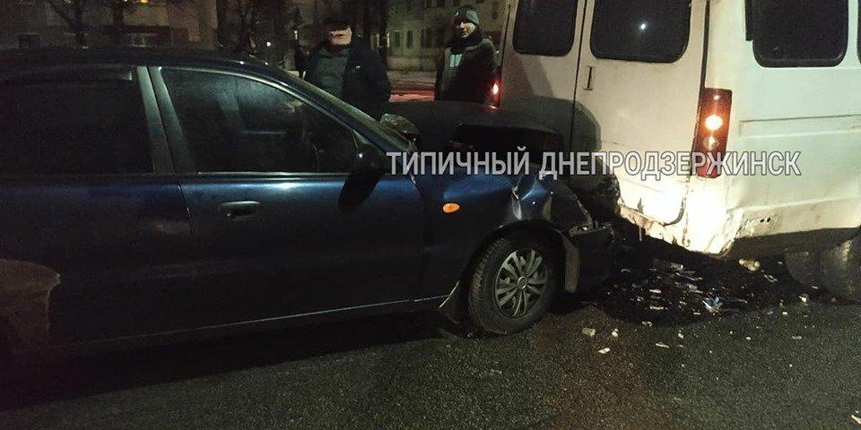 В Каменском на Юбилейном проспекте автомобиль Daewoo протаранил микроавтобус, фото-1