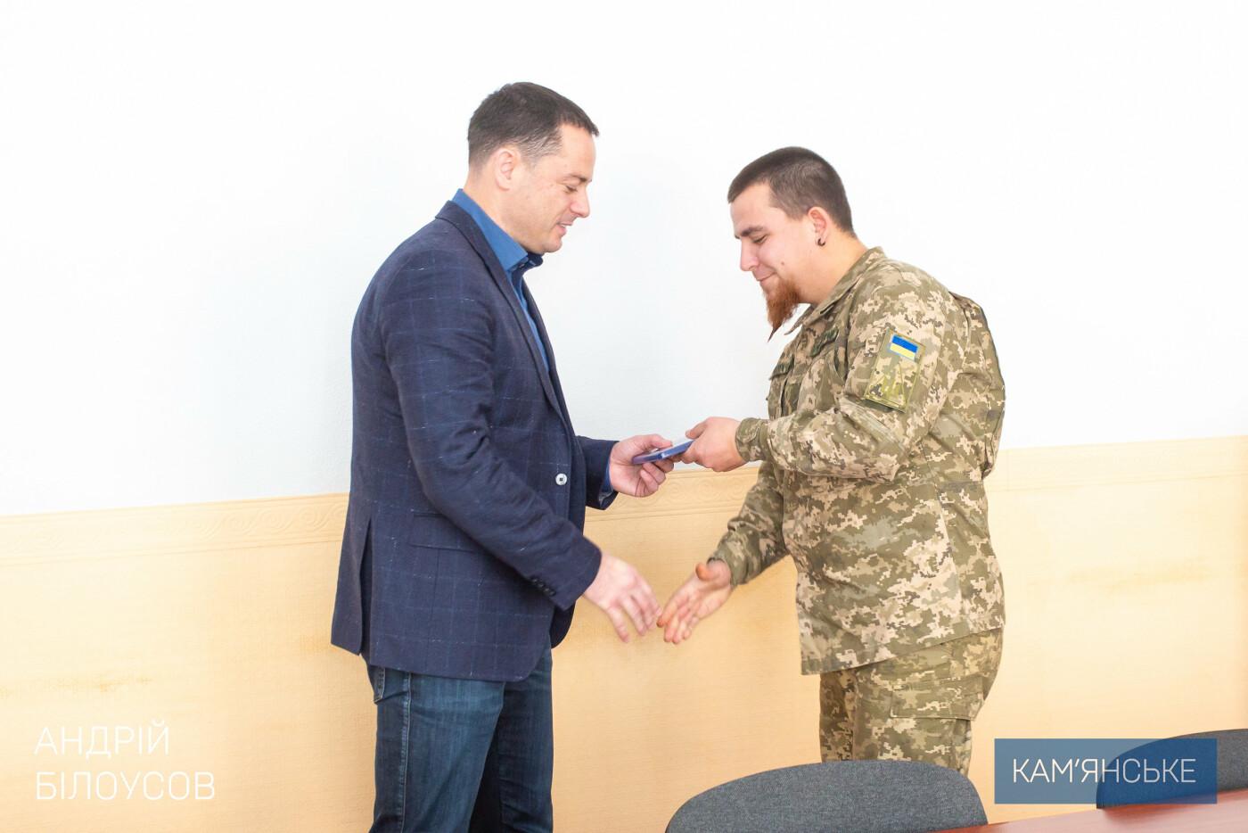Мэр Каменского поздравил военных, фото-1