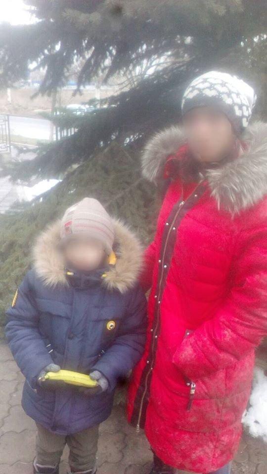В Каменском на земле лежала пьяная женщина, а рядом стоял ее ребенок, фото-1