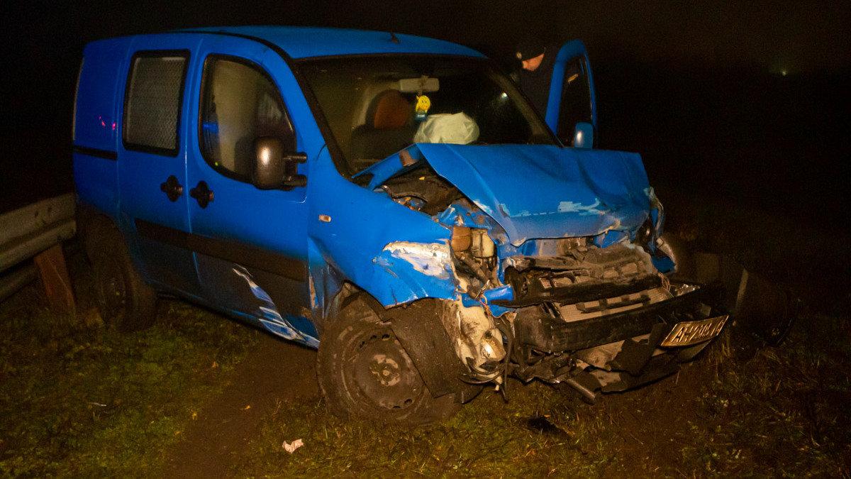 Автомобиль, который ехал из Каменского в Днепр, врезался в отбойник, фото-3