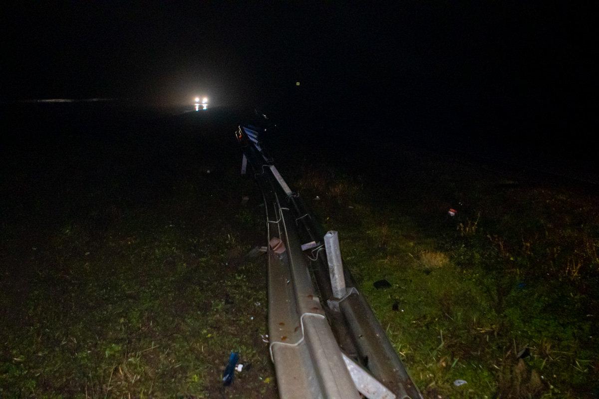 Автомобиль, который ехал из Каменского в Днепр, врезался в отбойник, фото-2