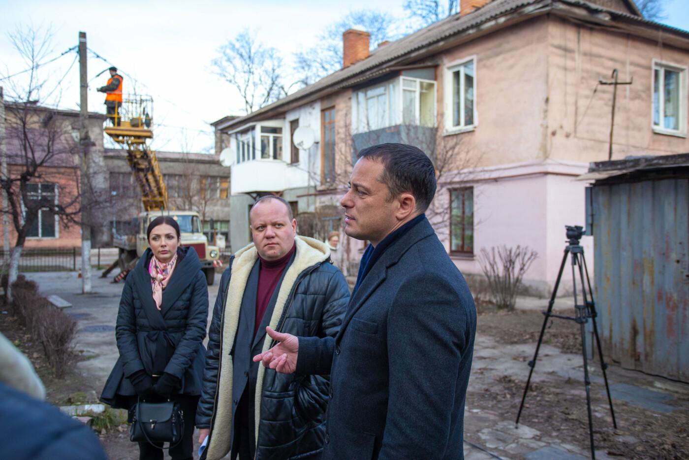 Улицы и дворы Каменского продолжают освещать, фото-2