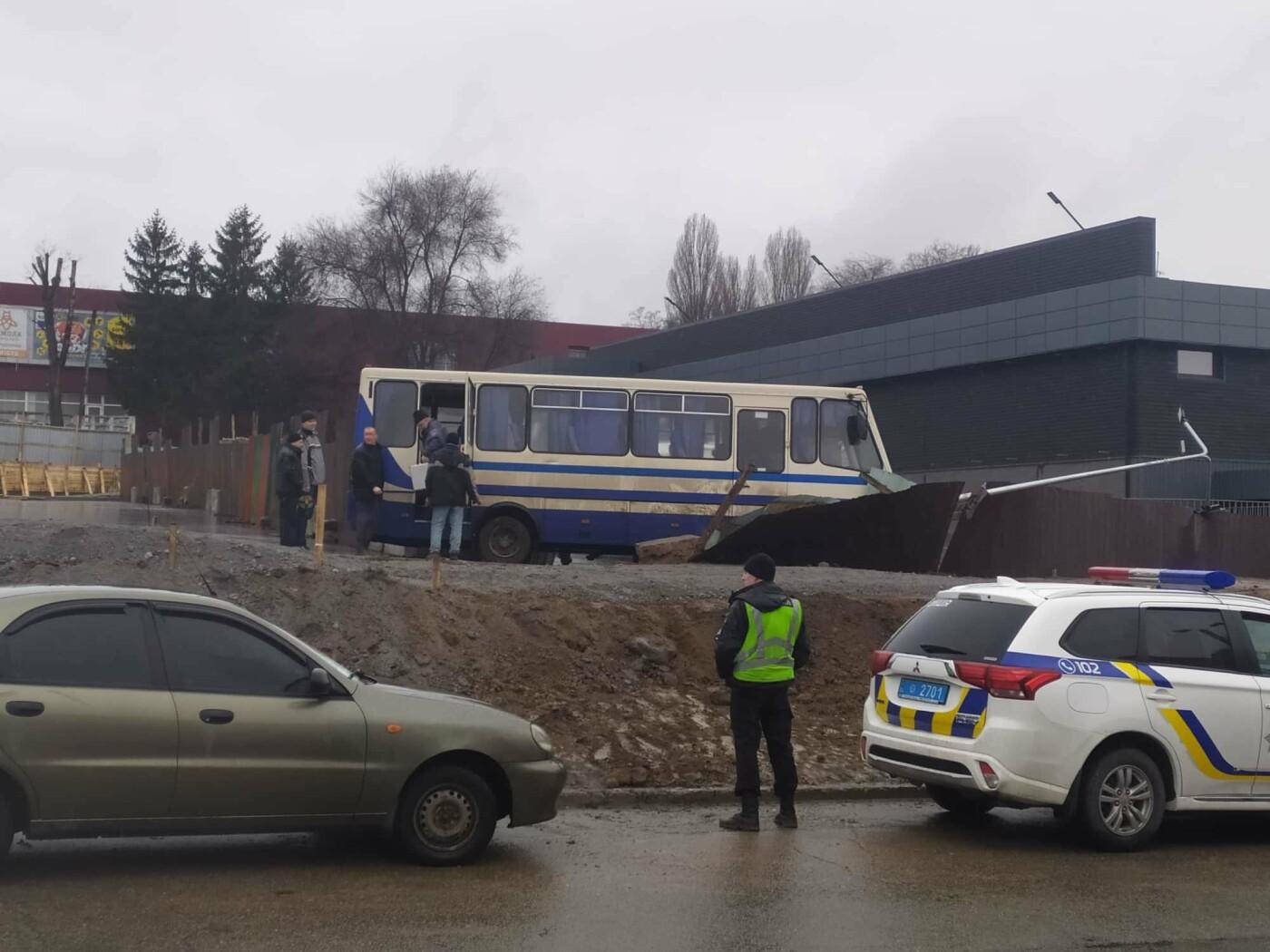 В Каменском автобус с детьми попал в ДТП: подробности, фото-1