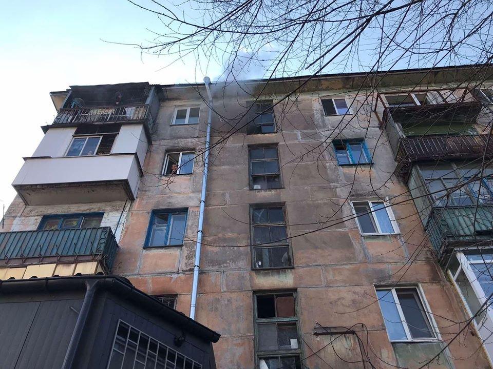 В Каменском на Николенко горела квартира: спасли мужчину и женщину, фото-1