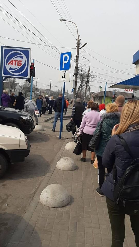 Возле АТБ в Каменском собираются огромные очереди, фото-2