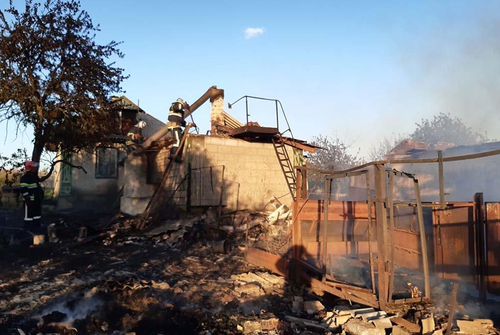 В Криничанском районе сгорели полторы тонны сена, пристройка и гараж, фото-1