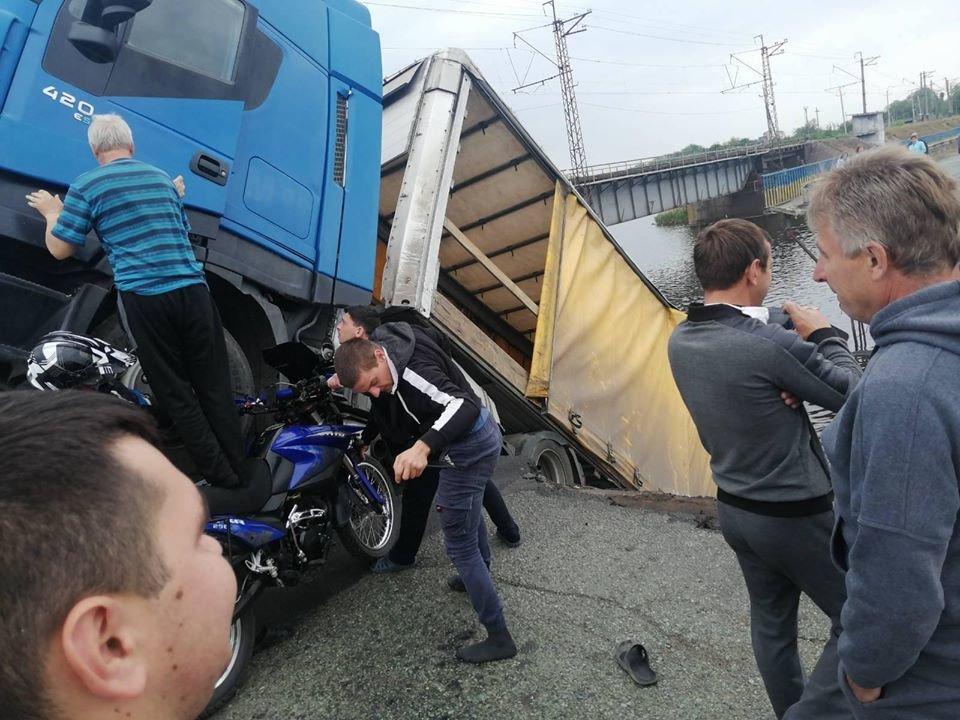 В Днепропетровской области рухнул мост: из фуры в реку течет топливо, фото-1