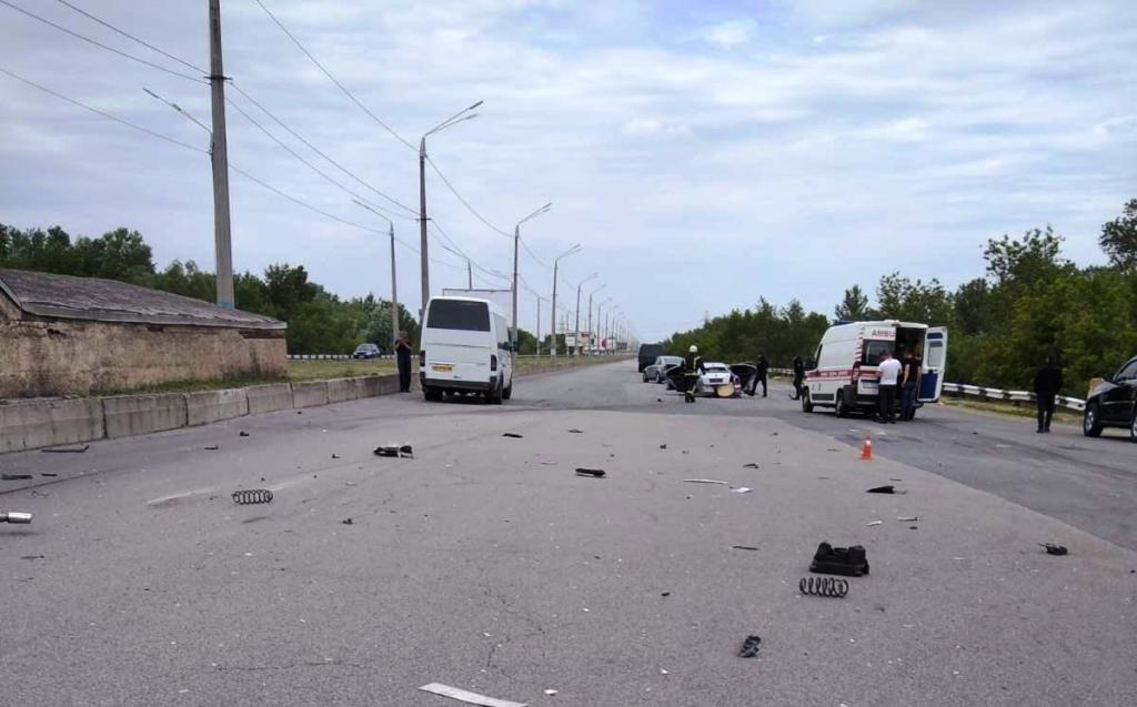 В Каменском на мосту столкнулись Skoda и Peugeot: пострадал мужчина, фото-1