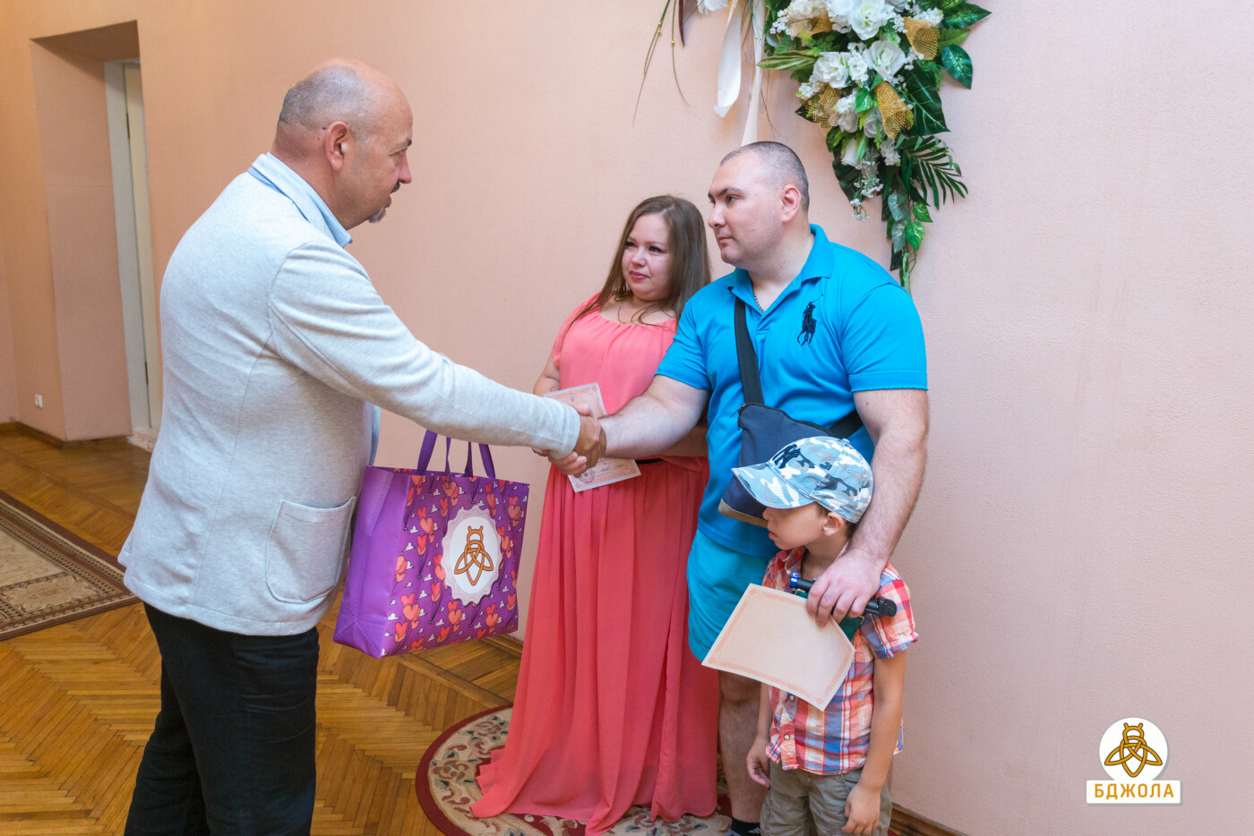 У Кам'янському представники ГО «Бджола» привітали молодят з реєстрацією шлюбу, фото-1