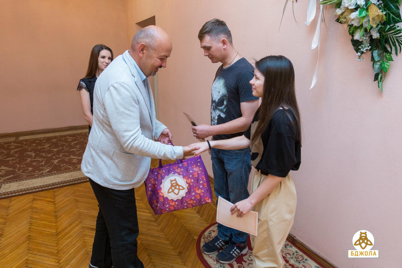 У Кам'янському представники ГО «Бджола» привітали молодят з реєстрацією шлюбу, фото-2