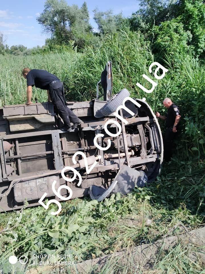 Возле Каменского перевернулась маршрутка с пассажирами: пострадавших госпитализировали, фото-1