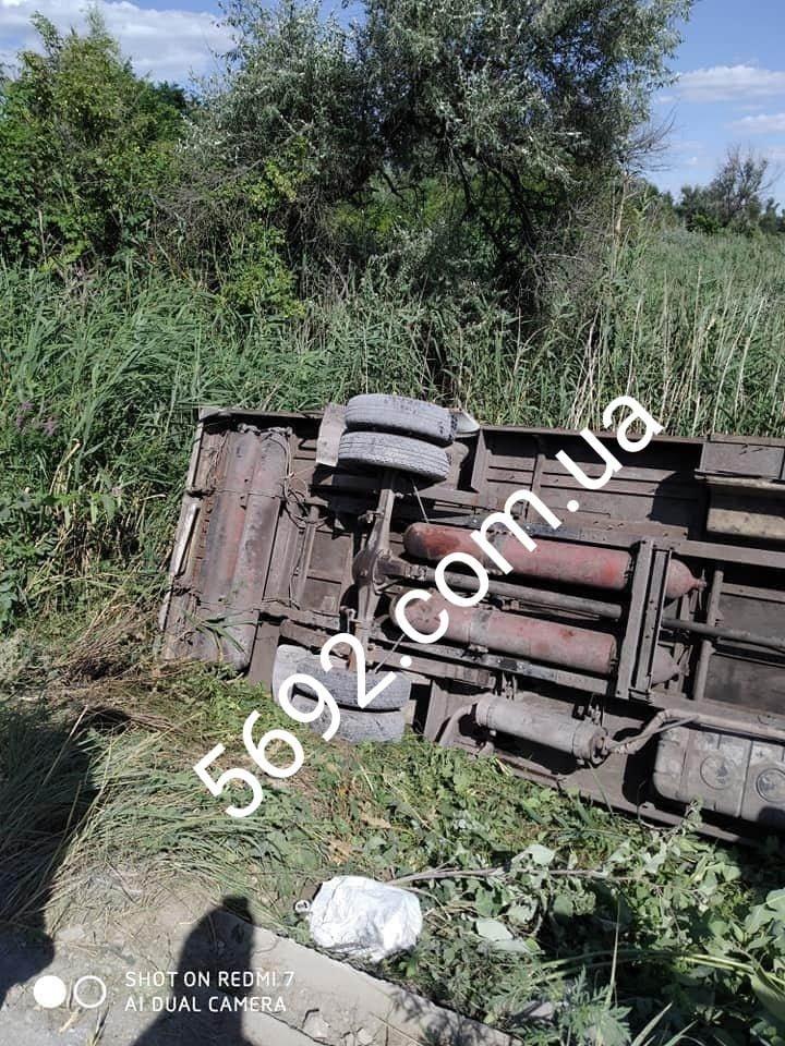 Возле Каменского перевернулась маршрутка с пассажирами: пострадавших госпитализировали, фото-2