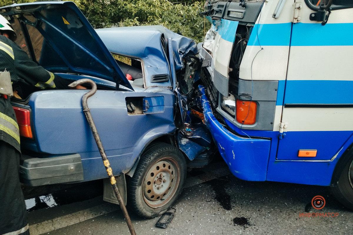 """Автобус """"Днепр-Каменское"""" лоб в лоб столкнулся с ВАЗ: пассажир выпрыгнул на ходу , фото-1"""