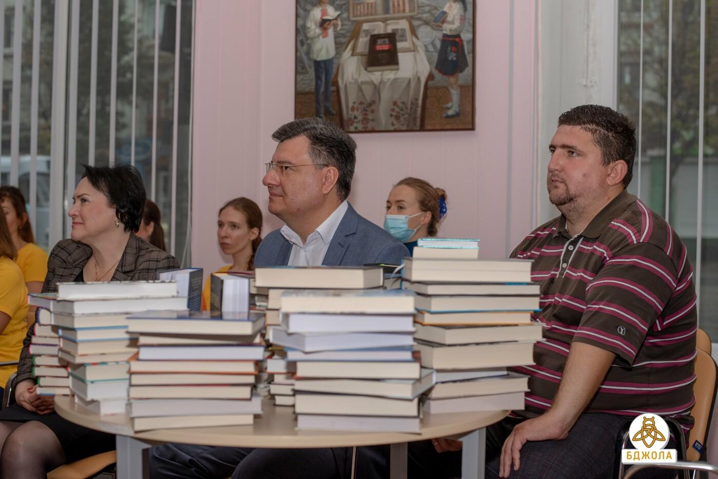 Активісти «Бджоли» привітали бібліотекарів зі святом, фото-1