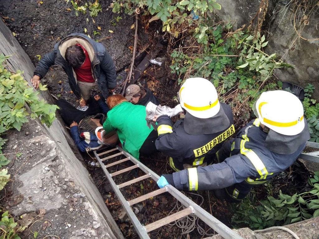 В Каменском из ямы достали мужчину без сознания, фото-1