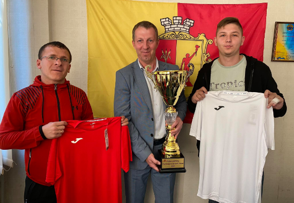 Футболистам Каменского вручили новую форму, фото-1