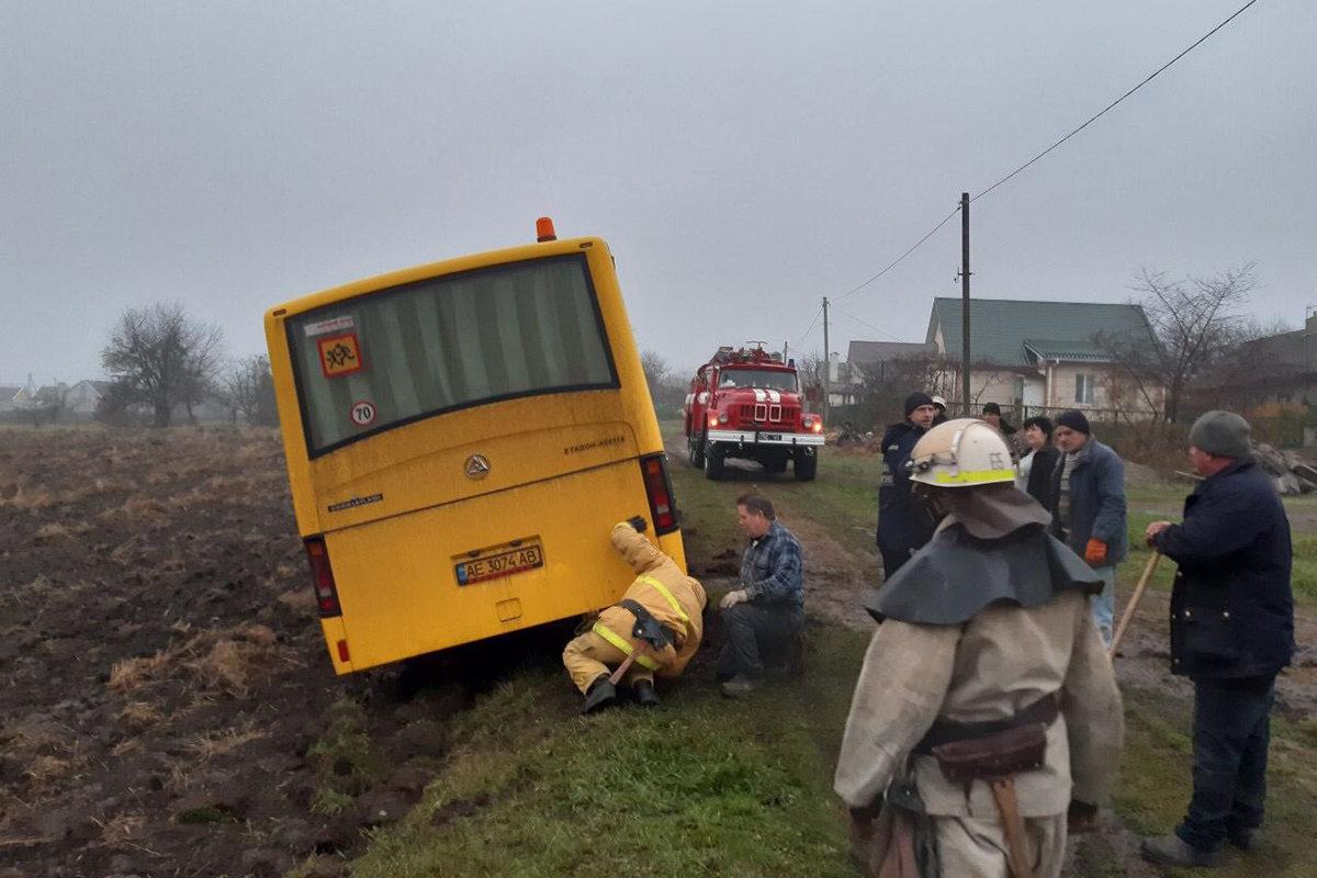 В Криничках школьный автобус застрял в грязи, фото-1