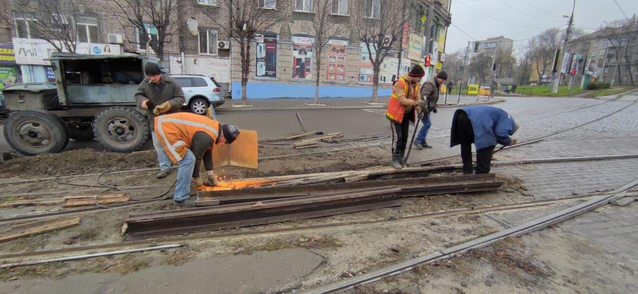 В Каменском трамвайщики ремонтируют треснувшую рельсу, фото-1