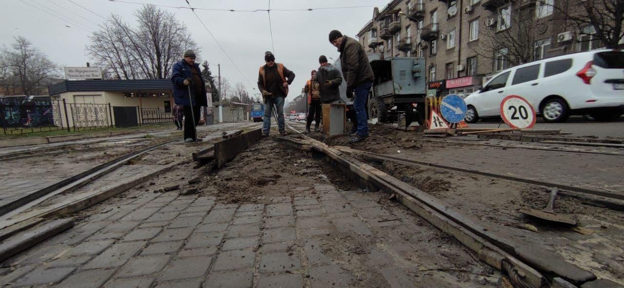 В Каменском трамвайщики ремонтируют треснувшую рельсу, фото-2