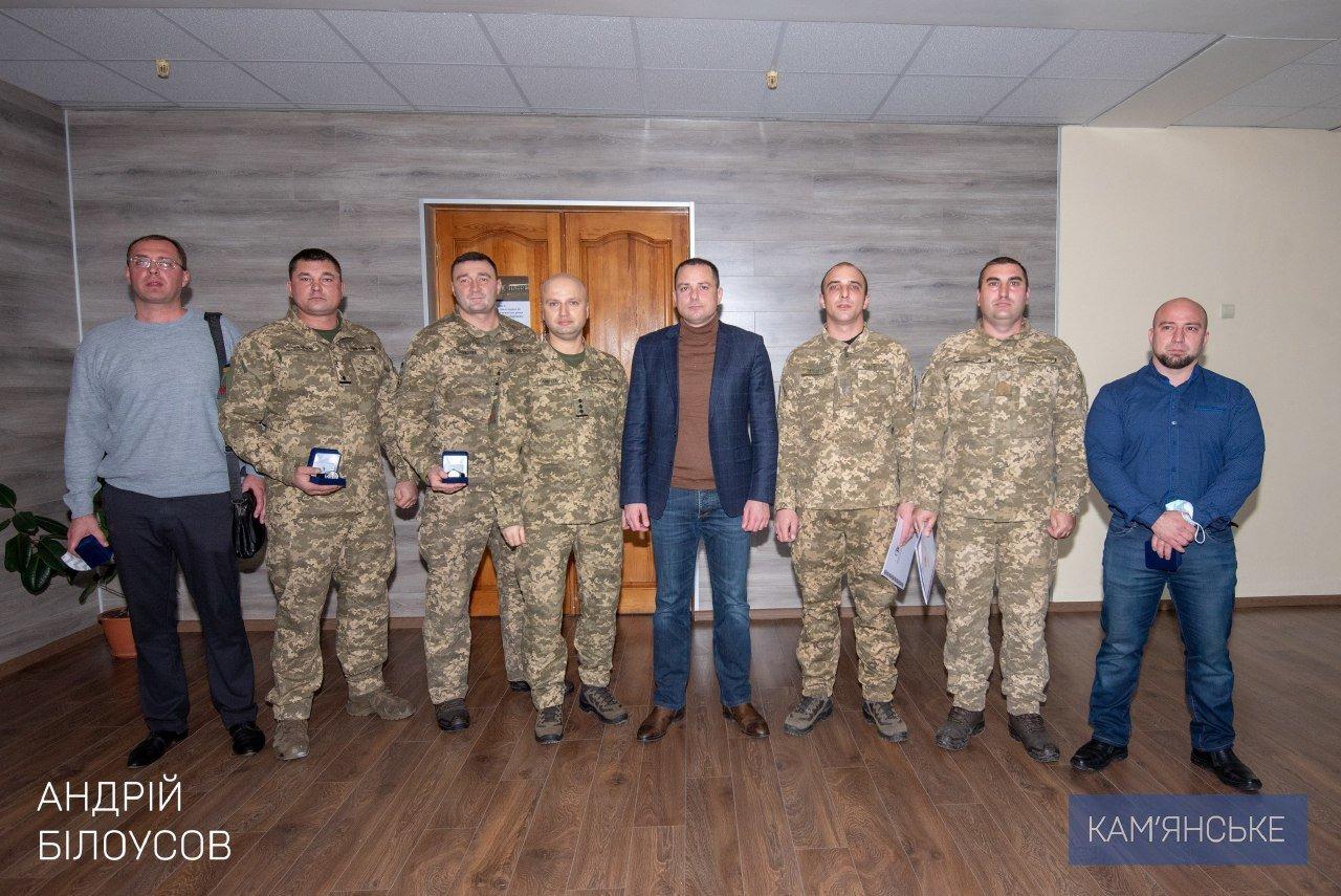 Мэр Каменского вручил награды военным и волонтерам, фото-3