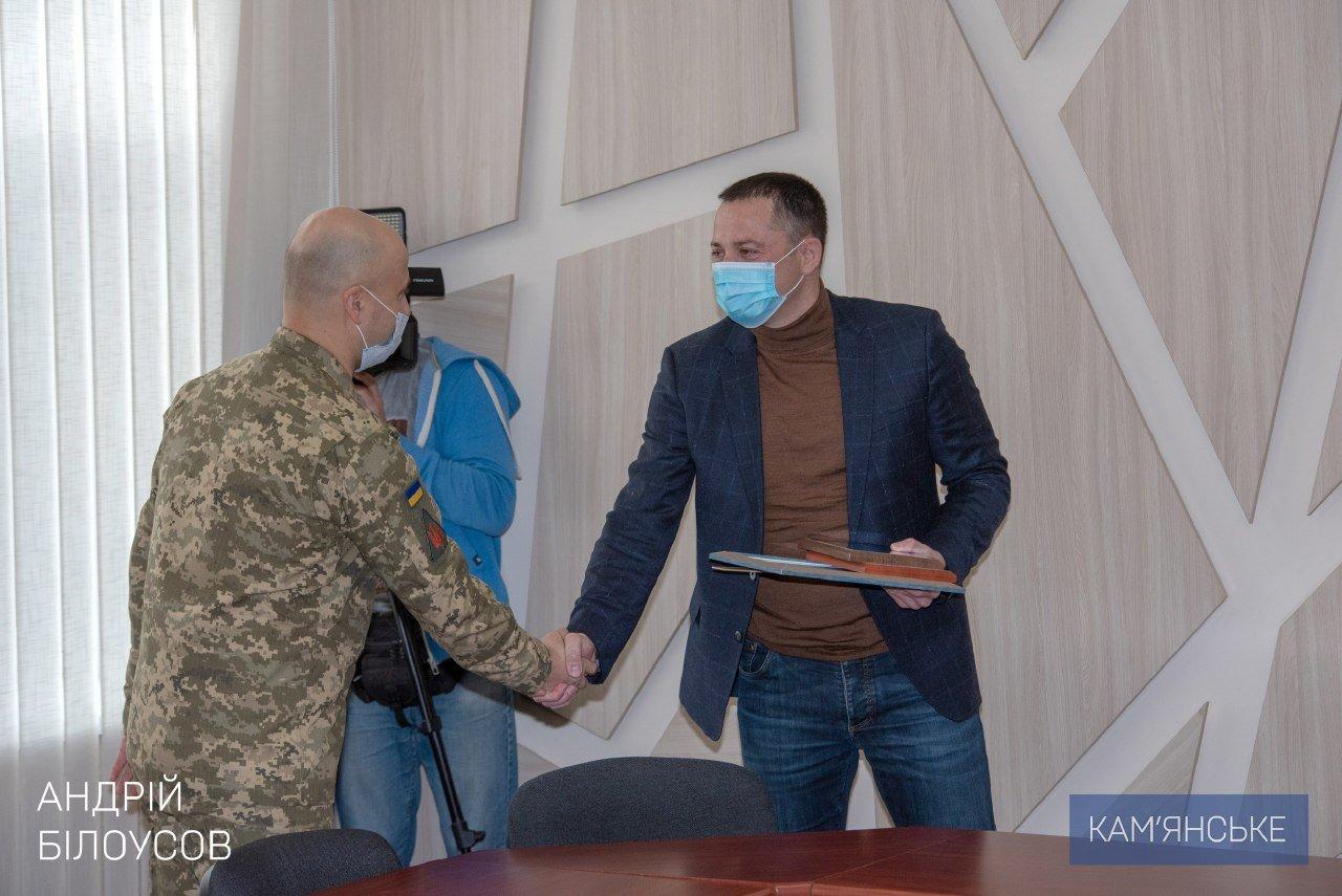 Мэр Каменского вручил награды военным и волонтерам, фото-1