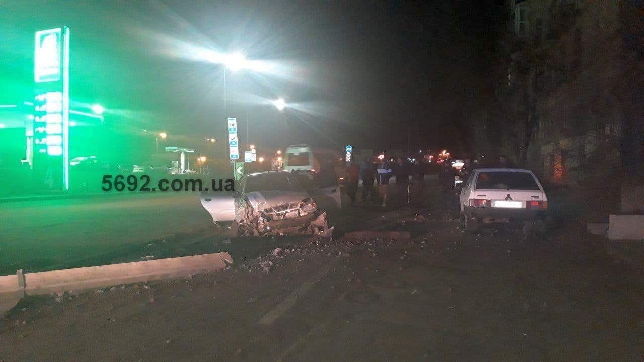 В Каменском возле заправки ОККО Daewoo снес столб, фото-1