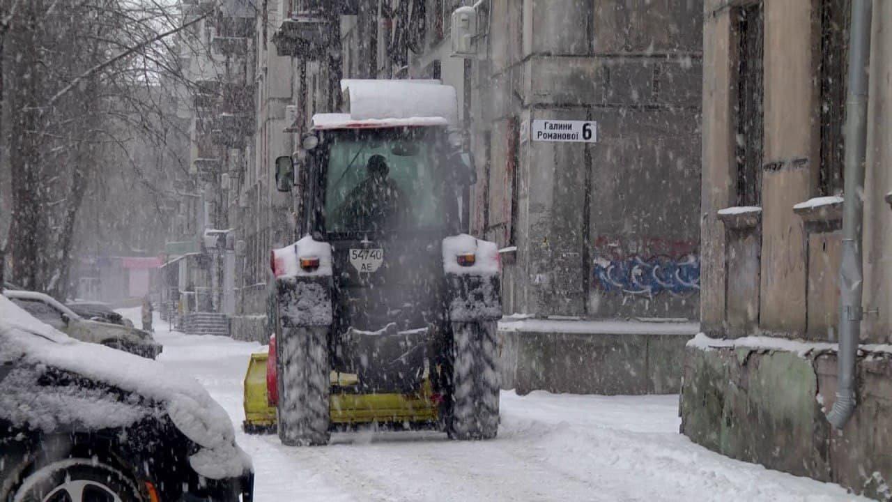 Коммунальщики Каменского весь день боролись со снегом, фото-1