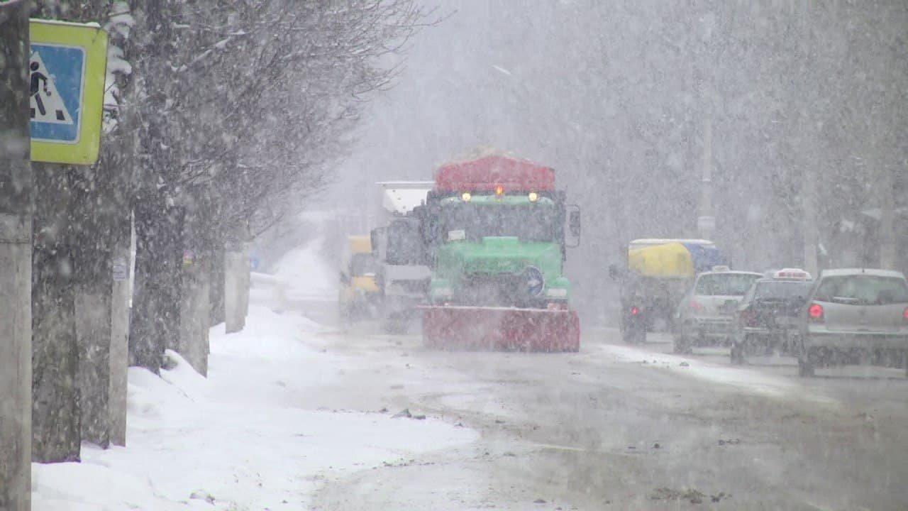 Коммунальщики Каменского весь день боролись со снегом, фото-2