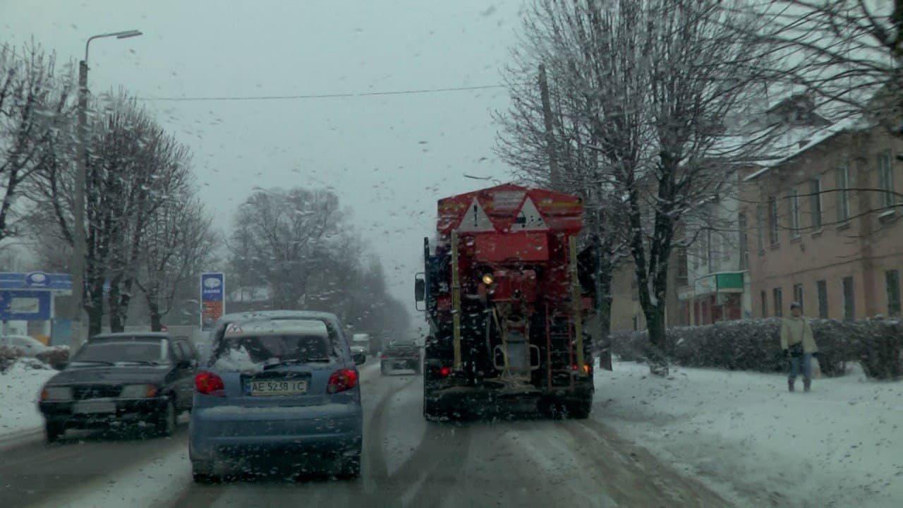 Коммунальщики Каменского весь день боролись со снегом, фото-3