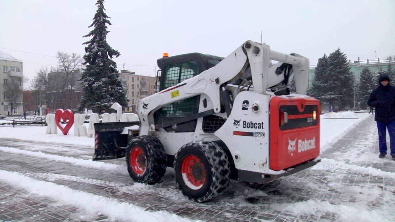 Коммунальщики Каменского весь день боролись со снегом, фото-4