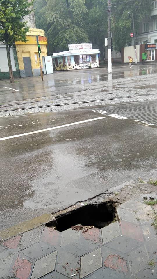 В центре Каменского провалился тротуар - пострадала женщина, фото-1